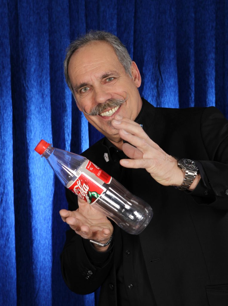 Schwebende Colaflasche