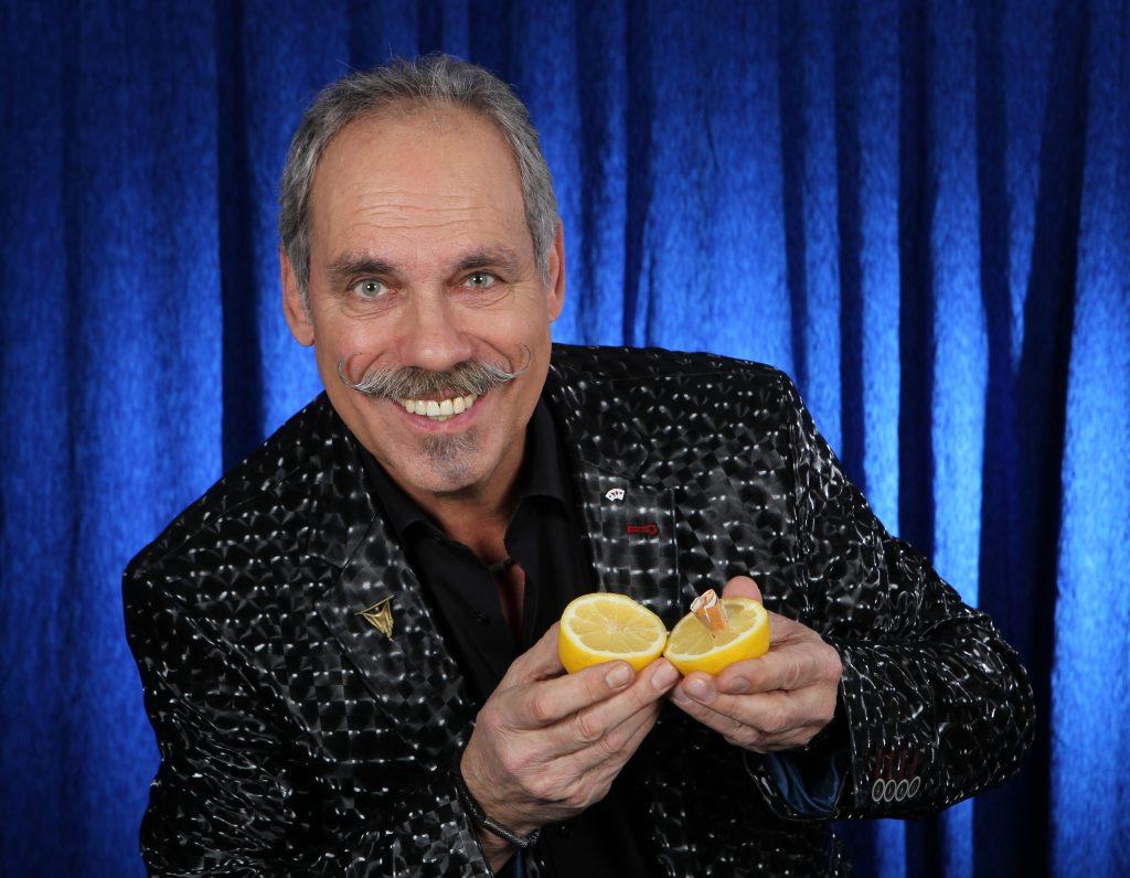 Wie kommt der Geldschein in die Zitrone???